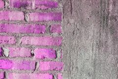 Media pared de ladrillo y textura a medias concreta imagen de archivo
