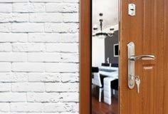 Media puerta abierta de un primer moderno de la cocina Fotos de archivo libres de regalías