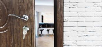 Media puerta abierta de un primer moderno de la cocina Fotografía de archivo libre de regalías