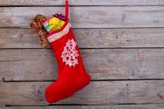 Media roja llenada de los regalos Foto de archivo