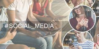 Media sociais Árvore no campo Close-up de telefones espertos e de uma tabuleta digital nas mãos das jovens mulheres que sentam-se Imagens de Stock Royalty Free