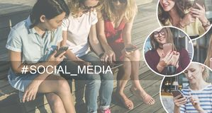 Media sociais Árvore no campo Grupo de jovens mulheres que sentam-se no banco e que usam smartphones e tablet pc Foto de Stock Royalty Free