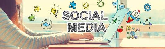 Media social avec la femme travaillant sur un ordinateur portable Photo libre de droits