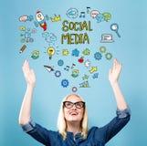 Media social avec la jeune femme Photo stock