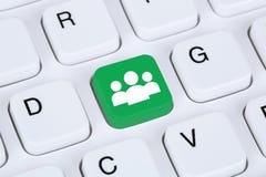 Media social ou amitié en ligne d'Internet de réseau sur l'ordinateur Image libre de droits