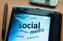 Media sociales en la pantalla fotos de archivo libres de regalías