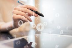 Media sociales Iconos de las relaciones de la gente en la pantalla virtual Concepto de Internet y de la tecnolog?a foto de archivo libre de regalías