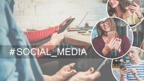 Media sociales Primer del smartphone y tableta digital en las manos de las mujeres jovenes que se sientan en la tabla en café En  imagenes de archivo