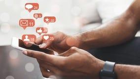 Media sociales Smartphone de la tenencia del hombre, conectando con Internet fotos de archivo