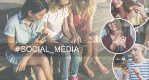 Media sociali Albero nel campo Gruppo di giovani donne che si siedono sul banco e che per mezzo degli smartphones e del computer  Fotografia Stock Libera da Diritti