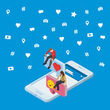 Media sociali che commercializzano concetto isometrico 3d 3d Smartphone La gente isometrica si siede sulla finestra di dialogo Da Immagini Stock Libere da Diritti