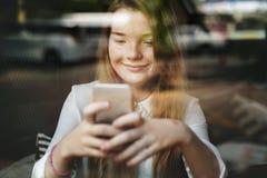 Media sociali che passano in rassegna concetto grazioso della cultura della gioventù della ragazza Fotografie Stock
