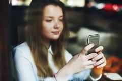 Media sociali che passano in rassegna concetto grazioso della cultura della gioventù della ragazza Immagini Stock Libere da Diritti