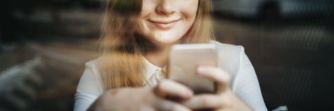 Media sociali che passano in rassegna concetto grazioso della cultura della gioventù della ragazza Fotografia Stock