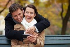 Media sociali con lo smartphone Fotografia Stock