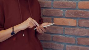 Media sociali, concetto della rete sociale 4k con lo smartphone archivi video