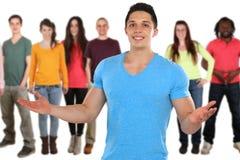 Media sociali dei giovani degli amici isolati su bianco fotografia stock