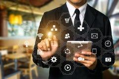 Media sociali ed icone virtuali commercializzanti Digital che commercializza media in schermo virtuale immagini stock libere da diritti