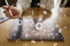 Media sociali Icone di relazioni della gente sullo schermo virtuale Concetto di tecnologia e di Internet immagine stock libera da diritti