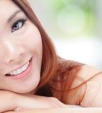 Media sonrisa de la mujer joven de la cara con los dientes de la salud Foto de archivo libre de regalías