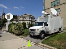 Media Vrachtwagens dichtbij de Cubaanse Ambassade royalty-vrije stock fotografie