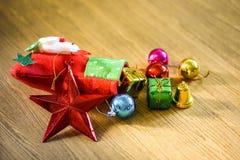 Media y juguetes de la decoración de la Navidad que cuelgan sobre la parte posterior de madera foto de archivo libre de regalías