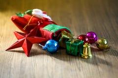 Media y juguetes de la decoración de la Navidad que cuelgan sobre la parte posterior de madera imágenes de archivo libres de regalías