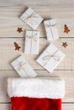Media y presentes de la Navidad fotos de archivo libres de regalías
