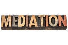 Mediación, palabra en el tipo de madera foto de archivo