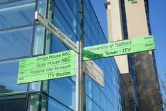 Mediacity kierunkowskaz przy Salford Quays zdjęcia stock