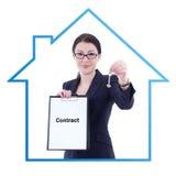 Mediador imobiliário atrativo novo da mulher de negócio que mostra contra Fotos de Stock