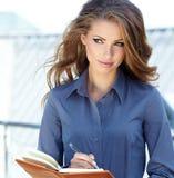 Mediador imobiliário atrativo Woman Fotos de Stock Royalty Free
