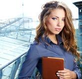 Mediador imobiliário atrativo Woman Imagem de Stock Royalty Free