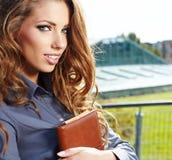 Mediador imobiliário atrativo Woman Foto de Stock