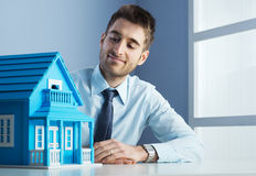 Mediador imobiliário com casa modelo imagem de stock royalty free