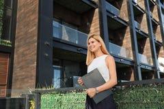 Mediador imobiliário fêmea fotografia de stock royalty free