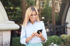 Mediador imobiliário fêmea com smartphone foto de stock royalty free