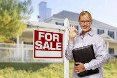 Mediador imobiliário na frente para do sinal da venda, casa Fotografia de Stock Royalty Free