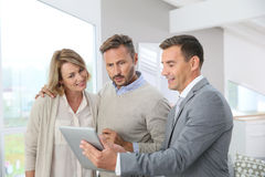 Mediador imobiliário que apresenta a casa nova aos clientes foto de stock royalty free