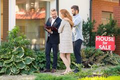 Mediador imobiliário que apresenta a oferta fotografia de stock royalty free