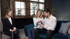 Mediador imobiliário que dá a chave da casa nova, horizontalmente aos clientes vídeos de arquivo