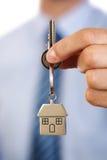 Mediador imobiliário que dá chaves da casa Fotografia de Stock Royalty Free