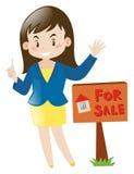 Mediador imobiliário que guarda a chave da casa Imagens de Stock