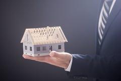 Mediador imobiliário que guarda o modelo da casa Imagem de Stock Royalty Free