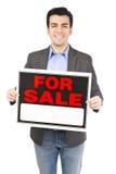 Mediador imobiliário para o sinal da venda Fotos de Stock Royalty Free