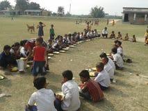 Mediados de comida del día en escuela Fotos de archivo