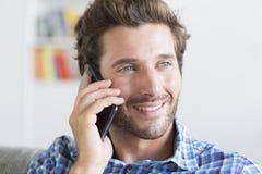 Mediados de hombre adulto casual en el teléfono en el apartamento moderno Foto de archivo
