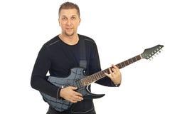 Mediados de hombre adulto ocasional con la guitarra Imagenes de archivo