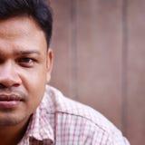 Mediados de hombre asiático adulto que mira la cámara Foto de archivo libre de regalías