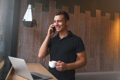 Mediados de hombre de negocios adulto que relaja y que bebe una taza de café Fotografía de archivo